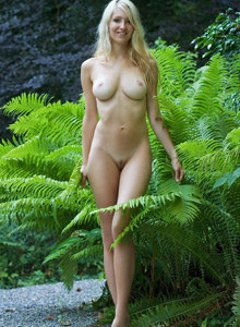 Naked blonde Corinna