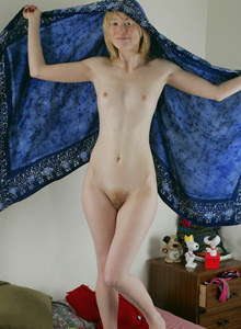 Blonde Linsey shows her perfect body