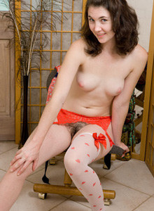 Hairy pussy Amy prefers red